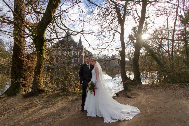 Brautpaar vor dem wunderschönen Schloss Linnep in Ratingen, Ella Photography, Fotografin für Hochzeiten aus Düsseldorf